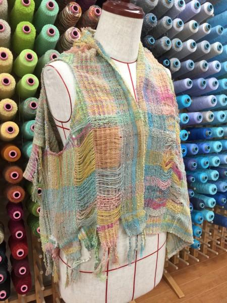 縦糸、横糸に数えきれないくらいの色を使って織っています。 お菓子みたいで可愛い〜🍭🍭