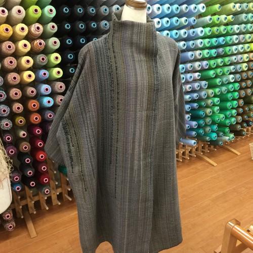 縦糸交差を効果的に使った羽織物です👋 とってもモダンな色彩ですね〜 秋に向かっての大作に挑戦してみませんか〜
