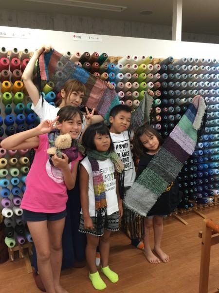 先日も体験織りに来てくださったお友達とそのまたお友達💕 糸色8色まぜまぜとバナナのスジスジ糸😭😭新鮮な感覚✨ ありがとう👋👋